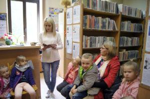 Przedszkolaki odwiedzają bibliotekę